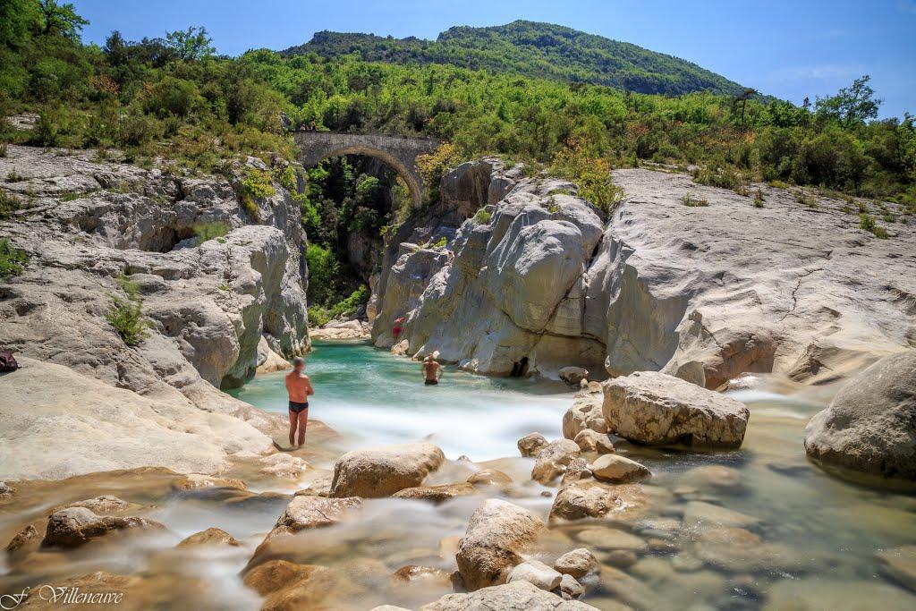 rivière l'estéron eau turquoise sous le pont de la cerise