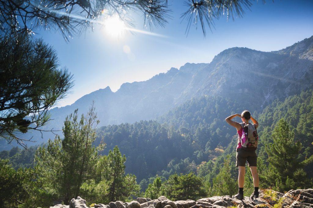 randonneuse dans la nature en montagne