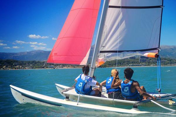 catamaran sur la mer méditerranée